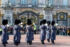 Londra, Inghilterra - 6 marzo 2017: Il cambiamento delle guardie nel franco immagine stock libera da diritti