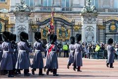 Londra, Inghilterra - 6 marzo 2017: Il cambiamento delle guardie nel franco immagine stock