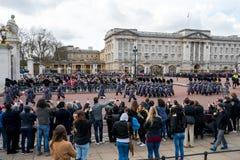 Londra, Inghilterra - 6 marzo 2017: Il cambiamento delle guardie nel franco fotografie stock