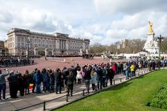 Londra, Inghilterra - 6 marzo 2017: Il cambiamento delle guardie nel franco immagini stock libere da diritti