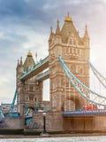 Londra, Inghilterra - ponte della torre, l'icona di Londra su una mattina nuvolosa con l'autobus a due piani rosso tradizionale Immagini Stock Libere da Diritti