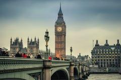Londra/Inghilterra - 02 07 2017 Ponte di Westminster nella sera con la torre di Big Ben nei precedenti Immagine Stock