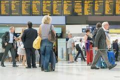 Londra, Inghilterra, Regno Unito - 31 agosto 2016: La donna controlla i bordi di partenza del treno Fotografia Stock