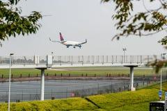 LONDRA, INGHILTERRA - 27 SETTEMBRE 2017: Atterraggio di Boeing 767 N1200K di linee aeree di Delta Air Lines nell'aeroporto intern Fotografie Stock Libere da Diritti