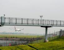 LONDRA, INGHILTERRA - 27 SETTEMBRE 2017: Atterraggio N1605 di Boeing 767 di linee aeree di Delta Air Lines nell'aeroporto interna Fotografia Stock Libera da Diritti