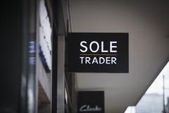 Londra, la grande Londra, il Regno Unito, il 7 febbraio 2018, un segno e un logo per il solo commerciante fotografia stock