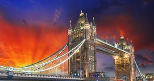 Londra, la manifestazione delle luci del ponte della torre al tramonto immagini stock