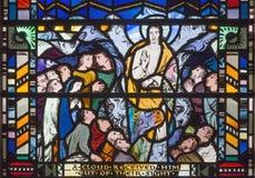 Londra - la scena dell'ascensione del signore sul vetro macchiato in st Etheldreda della chiesa immagine stock libera da diritti