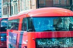 LONDRA - 1° LUGLIO 2015: Doppi bus di Deckser in vie della città Dou fotografie stock