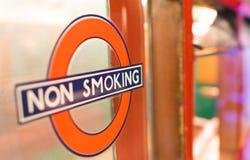 LONDRA - 2 LUGLIO 2015: Non fumatori firmi dentro la città È illega fotografia stock