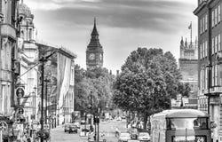 LONDRA - 1° LUGLIO 2015: Traffico nell'area di Westminster Attra di Londra fotografia stock libera da diritti