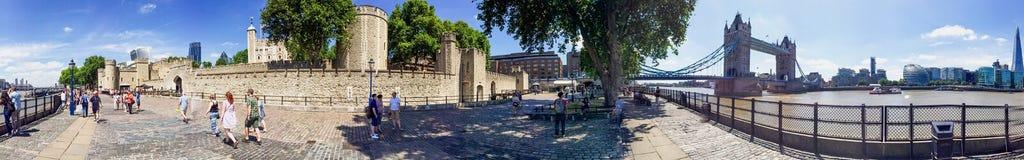 LONDRA - LUGLIO 2015: Turisti lungo il Tamigi Londra attira fotografia stock libera da diritti