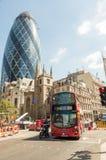 LONDRA - 10 MAGGIO 2015 Autobus a due piani in distri di affari della città Fotografie Stock Libere da Diritti