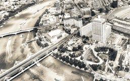 LONDRA - 5 MAGGIO 2015: Costruzioni della città lungo il Tamigi Con  immagini stock