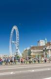 LONDRA - MAGGIO 2013: Occhio famoso Ferris Wheel di Londra lungo il Th del fiume immagine stock libera da diritti