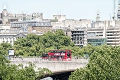 LONDRA - 5 MAGGIO 2015: Vie della città dell'incrocio dell'autobus a due piani I Fotografie Stock
