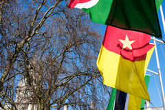 LONDRA - 13 MARZO: Bandiere che volano nel quadrato del Parlamento a Londra sopra Immagini Stock Libere da Diritti