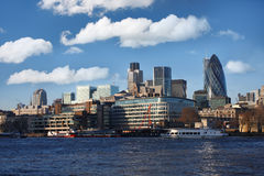 Londra moderna sopra il Tamigi Immagine Stock