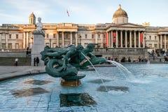 LONDRA - 12 NOVEMBRE: Tritoni e fontana Trafalgar del delfino quadrato Fotografia Stock