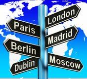 Londra Parigi Madrid Berlin Signpost Showing Europe Travel Touris illustrazione di stock