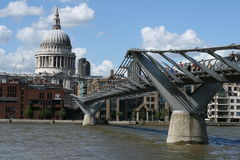 Londra/ponticello di millennio immagini stock