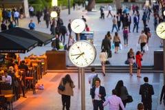 LONDRA, quadrato BRITANNICO di affari di Canary Wharf con gli orologi fotografia stock