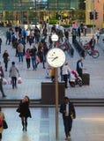 LONDRA, quadrato BRITANNICO di affari di Canary Wharf con gli orologi fotografia stock libera da diritti