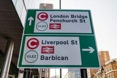 LONDRA, REGNO UNITO - 1° APRILE 2019: Segno della tassa di congestione, oggetto ULEZ - zona ultrabassa dell'emissione fotografia stock