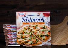 LONDRA, REGNO UNITO - 1° MARZO 2018: Scatole di Dott. Pizza Pollo di Oetker su fondo di legno con il bordo fotografie stock