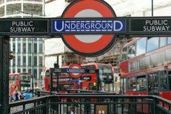 Londra, Regno Unito - 31 agosto 2016: Entrata alla stazione della metropolitana del monumento Fotografie Stock Libere da Diritti