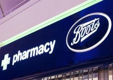 LONDRA, REGNO UNITO - 31 AGOSTO 2018: Esposizione della farmacia e degli stivali nel centro commerciale immagine stock
