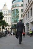 Londra, Regno Unito - 31 agosto 2016: L'uomo cammina verso il distretto finanziario Fotografia Stock Libera da Diritti