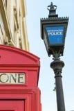 Londra, Regno Unito - 31 agosto 2016: La polizia metropolitana ha segnato la posta vicino alla scatola rossa di simbolo del telef Fotografia Stock Libera da Diritti