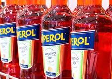 LONDRA, REGNO UNITO - 31 AGOSTO 2018: Le bottiglie del cocktail dell'estate di Aperol Aperitivo bevono in deposito fotografie stock