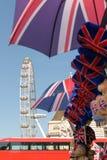 Londra, Regno Unito - 30 agosto 2016: Occhio di Londra nei precedenti dei ricordi de-messi a fuoco con la bandiera dell'Inghilter Fotografia Stock