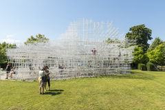 LONDRA, REGNO UNITO - 1° AGOSTO: Ospiti del parco che godono del tempo soleggiato Fotografie Stock Libere da Diritti