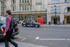 Londra, Regno Unito - 3 agosto 2017: Scena della via nella città con Londo immagini stock libere da diritti