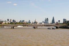 Londra, Regno Unito - 30 agosto 2016: Vista del ponte di Waterloo e del distretto finanziario nei precedenti Fotografie Stock