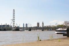 Londra, Regno Unito - 30 agosto 2016: Vista dell'occhio di Londra e del ponte di Hungerford Fotografia Stock Libera da Diritti