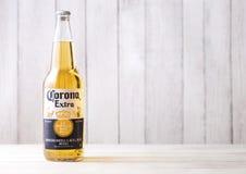 LONDRA, REGNO UNITO - 27 APRILE 2018: Bottiglia di Corona Extra Beer su fondo di legno fotografia stock libera da diritti
