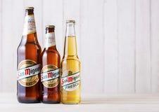 LONDRA, REGNO UNITO - 27 APRILE 2018: Bottiglie della birra chiara di San Miguel sopra fotografia stock libera da diritti