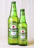 LONDRA, REGNO UNITO - 27 APRILE 2018: Bottiglie di Heineken Lager Beer su w immagine stock