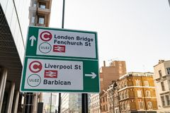LONDRA, REGNO UNITO - 1? APRILE 2019: Segno della tassa di congestione, oggetto ULEZ - zona ultrabassa dell'emissione fotografia stock