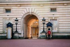 LONDRA, Regno Unito - 14 aprile 2015: Sentinella in servizio al Buckingham Palace Immagine Stock