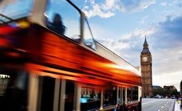 Londra, Regno Unito. Bus rosso nel moto ed in Big Ben Immagine Stock Libera da Diritti