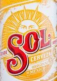 LONDRA, REGNO UNITO - 15 DICEMBRE 2016: Bottiglia dell'etichetta alta di fine di Sol Mexican Beer Dalla fabbrica di birra di Cuau Fotografie Stock Libere da Diritti