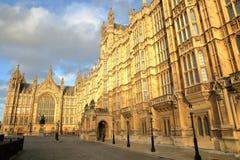 LONDRA, REGNO UNITO - 31 DICEMBRE 2015: Il palazzo delle Camere di Westminster del Parlamento e della statua di re Richard I al t Immagini Stock Libere da Diritti