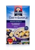LONDRA, REGNO UNITO - 15 DICEMBRE 2017: Scatola di porridge dell'avena di Quaker con i frutti su bianco È stato posseduto dal Pep Immagine Stock