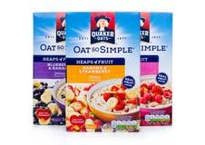 LONDRA, REGNO UNITO - 15 DICEMBRE 2017: Scatole del porridge dell'avena di Quaker con e dei frutti su bianco È stato posseduto da Fotografia Stock Libera da Diritti