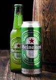 LONDRA, REGNO UNITO - 6 FEBBRAIO 2019: Bottiglia e latta di alluminio di Heineken Lager Beer accanto al barilotto di legno fotografia stock libera da diritti